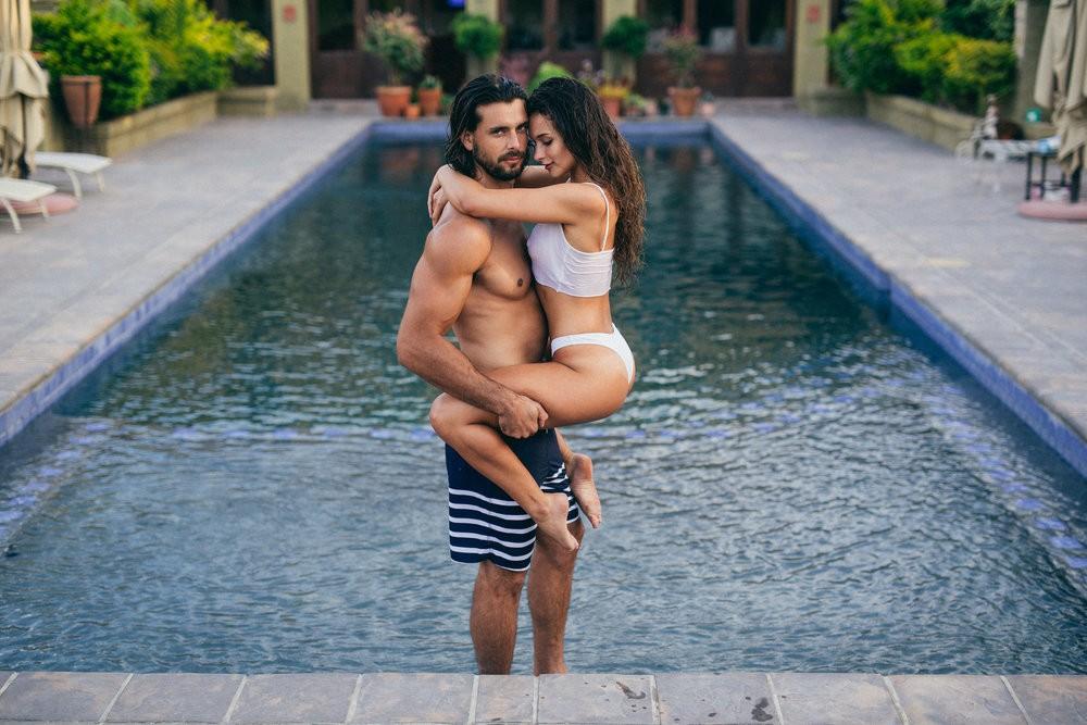 сексуальная пара у бассейна / Alex Mcgregor & Reyn Du Preez by Charlemagne Olivier - Rekt Magazine
