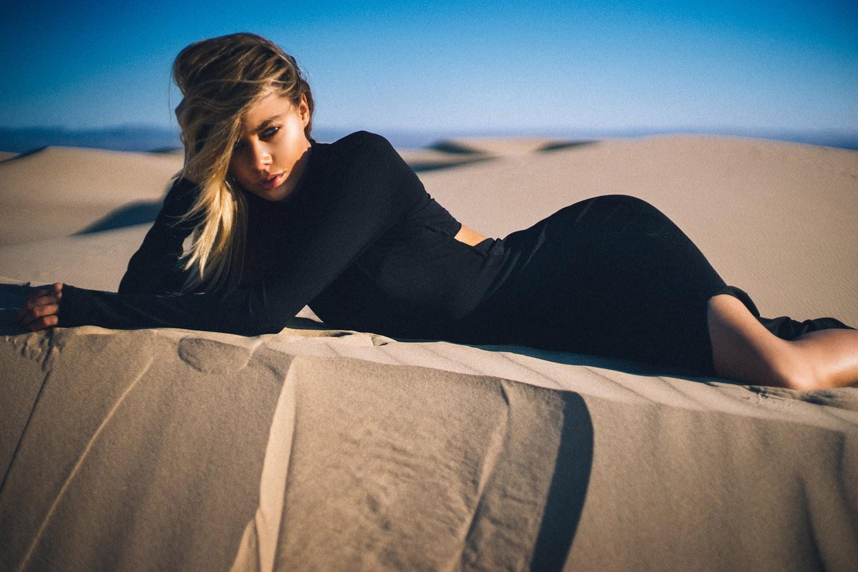 в пустыне с Ханной Киркэли / Hannah Kirkelie by Ben Tsui - FHM Netherlands