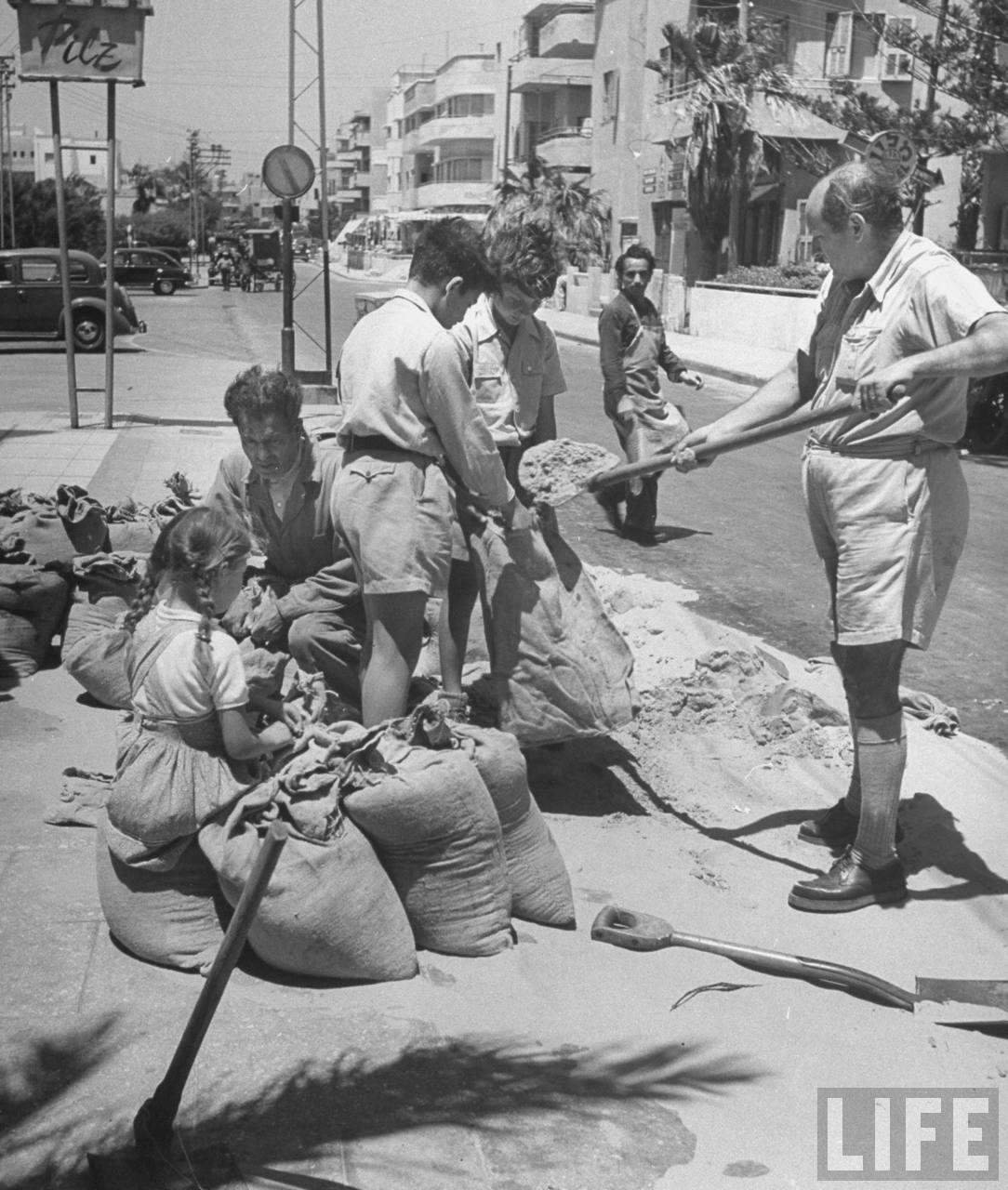 Подготовка мешков с песком в Тель-Авиве. Июнь