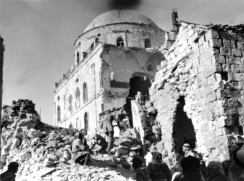 Арабские солдаты приближаются к огромному прорыву в стенах синагоги Тиферет, оплоте Хаганы в Старом городе Иерусалима. 21 мая