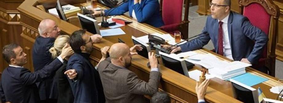 Деревянко назвал имитацией реформу парламента. И предложил свой вариант