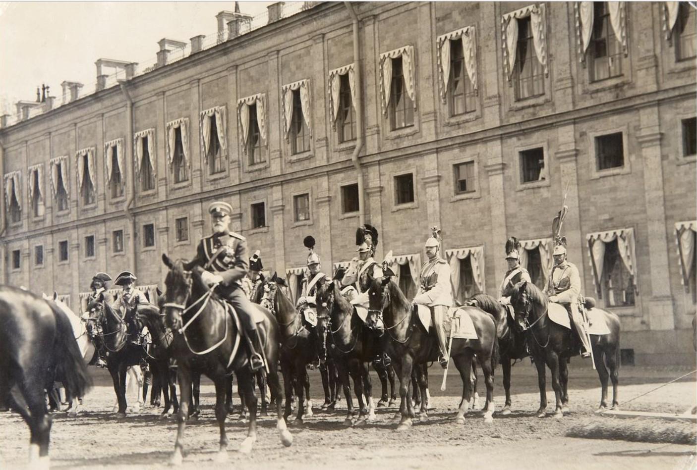Фото Лейб Гвардии Кирасирского Ее Величества Государыни Императрицы Марии Федоровны полка во время парада по случаю полкового праздника у стен Гатчинского дворца 9 мая 1904