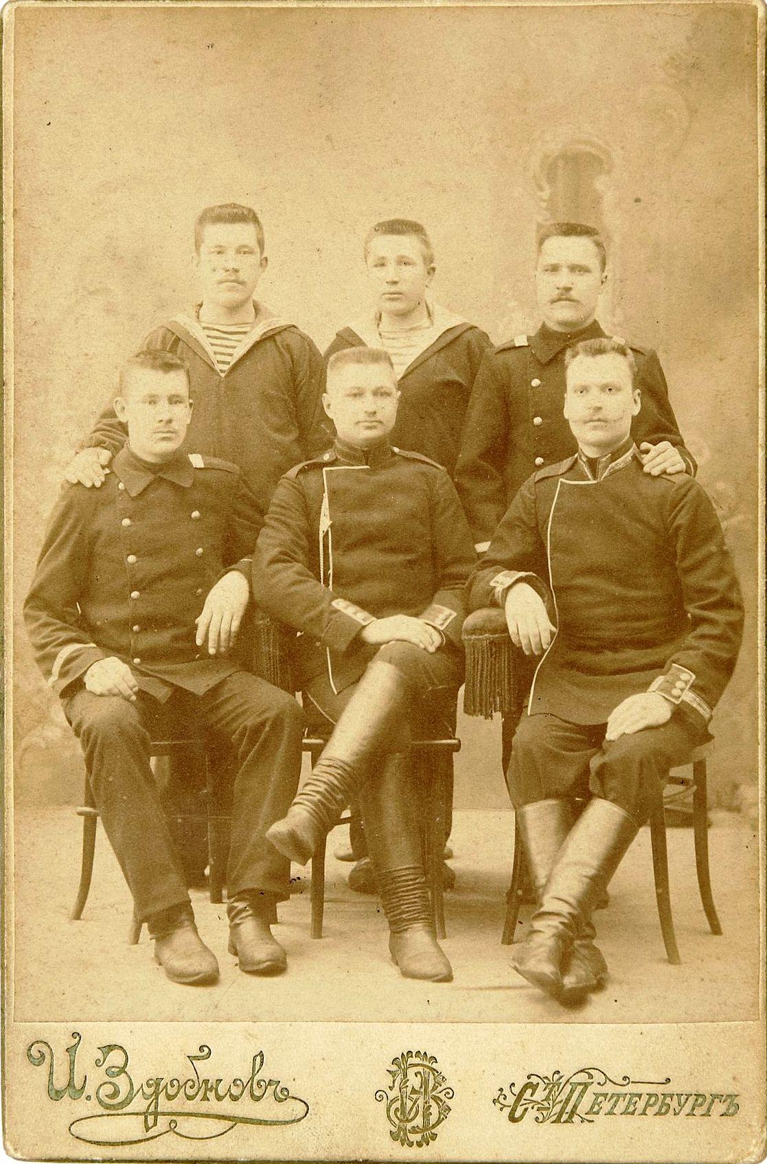 Фото матросов Российского Императорского флота совместно с военнослужащими гвардейских пехотных полков. 1905