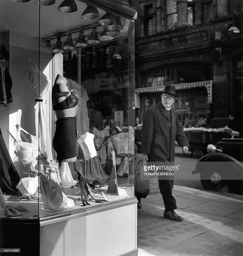 1950. Человек смотрит на витрину магазина нижнего белья в Лондоне