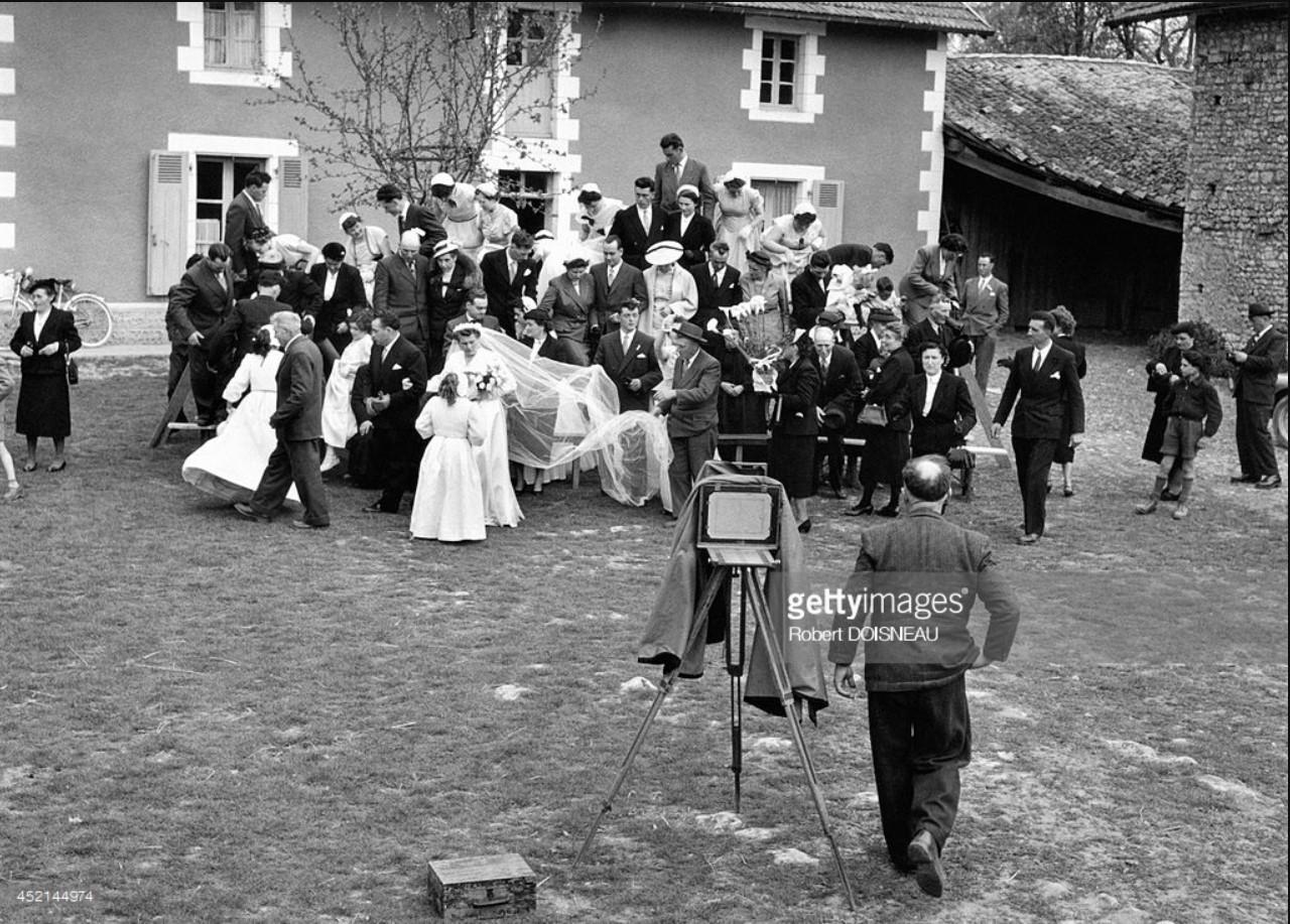 1956. Мотильон Моро фотографирует свадьбу во дворе фермы в Сен-Савене