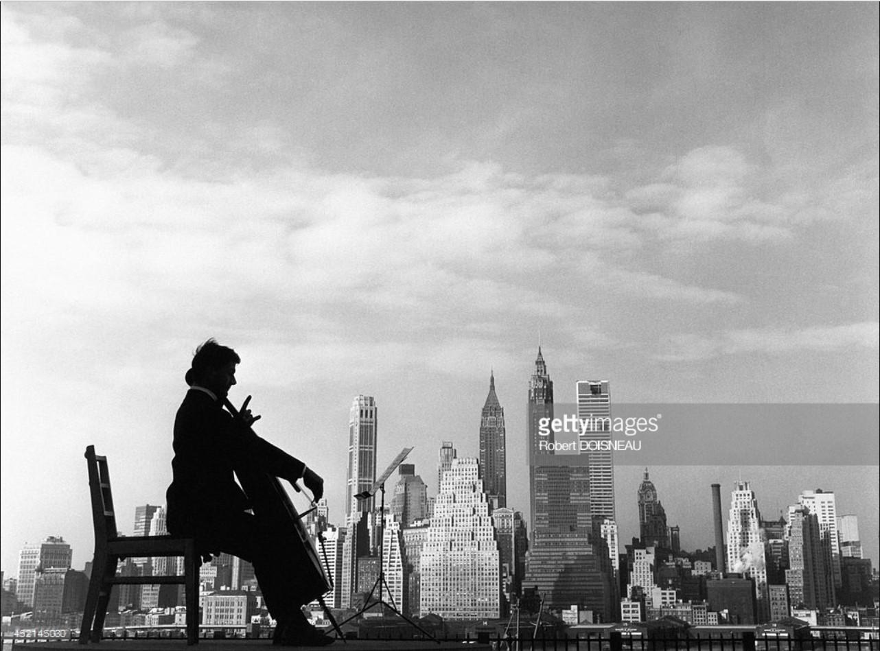 1960. Французский виолончелист Морис Баке играет на виолончели на фоне Манхэттена в Нью-Йорке