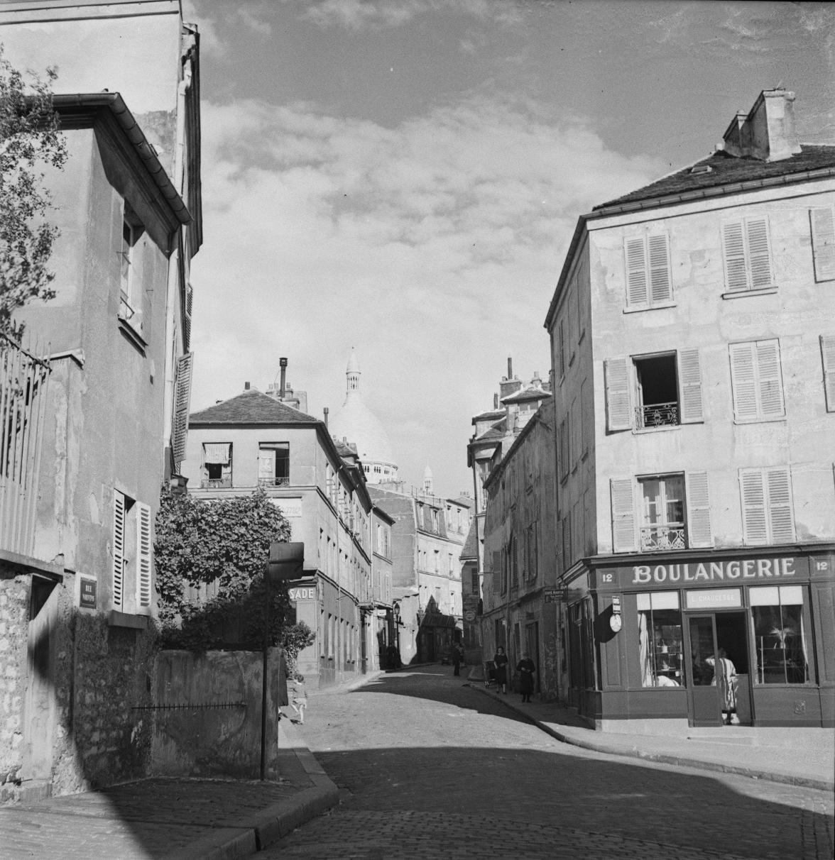 Монмартр. Вид от Рю Сент-Рюстик к площади Жан-Батиста Клемана