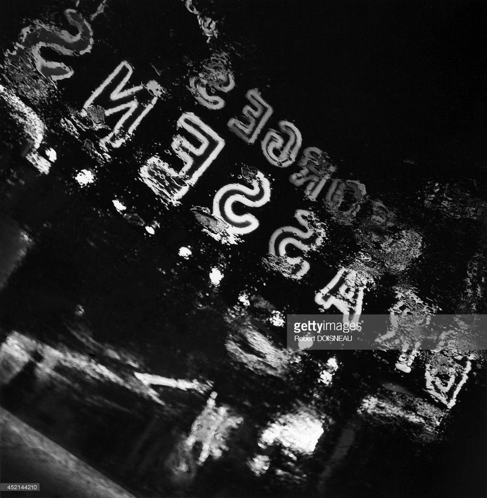 1963. Отражение неоновых огней Олимпии в воде во время концерта Жоржа Брассенса, Париж