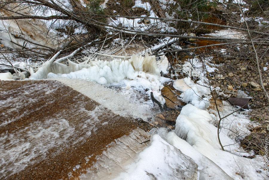 слив воды в ручей