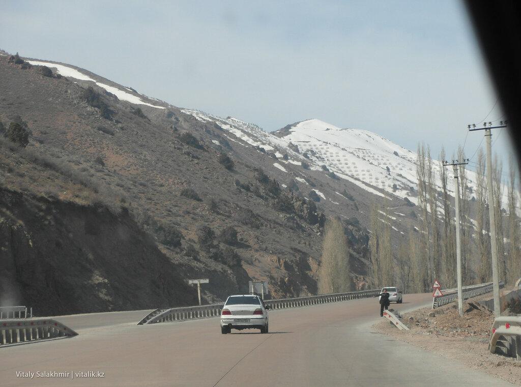 Снег на перевале Камчик, Узбекистан