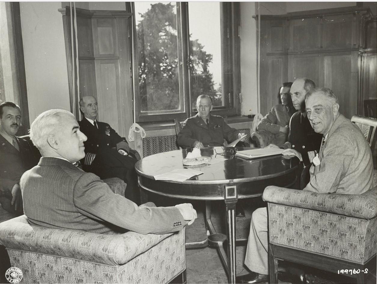 Государственный секретарь США Эдвард Стеттиниус, генерал-майор Л. С. Кутер, адмирал Е.Кинг, генерал Джордж К. Маршалл, посол Аверелл Гарриман, адмирал Уильям Даниел Лихи и президент Ф. Д. Рузвельт. Ливадийский дворец