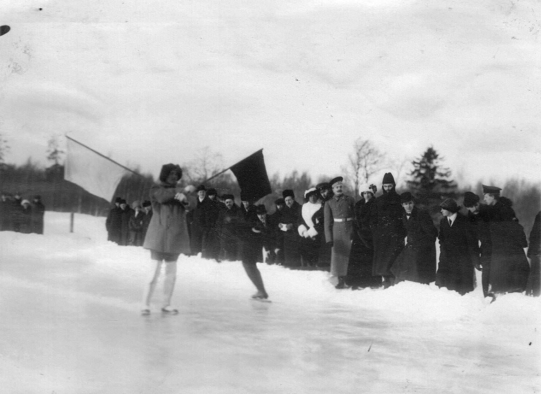 Старт забега на конькобежных соревнованиях на Крестовском острове. 11 февраля 1913