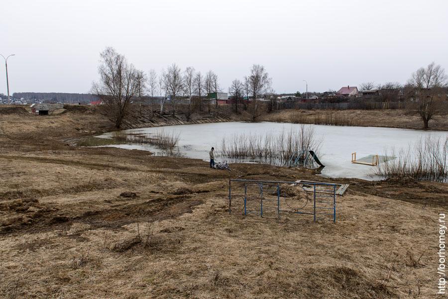 детская площадка на берегу пруда в балыково