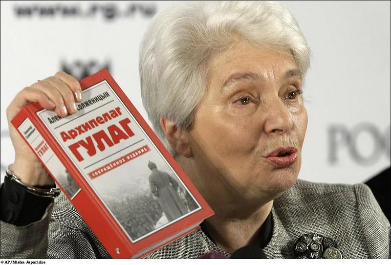 Наталья Дмитриевна Солженицына с сокращенным изданием «Архипелага»