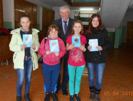 М. Чирков с юными читателями.jpg