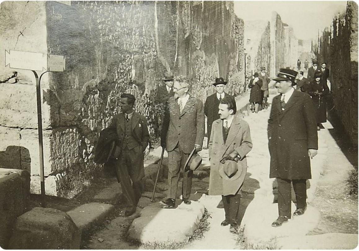 1932. Фото посещения Львом Троцким развалин Помпеи в ходе его нахождения в Неаполе. Октябрь