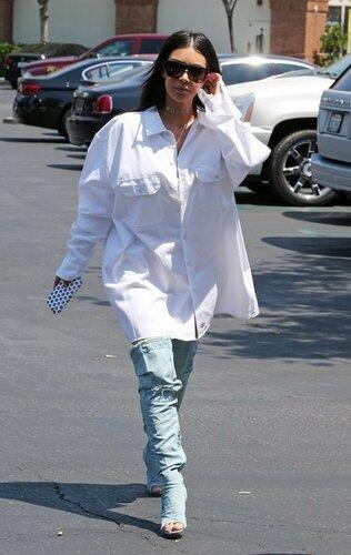 Новый тренд от Ким: ботфорты и рубашка вместо брюк