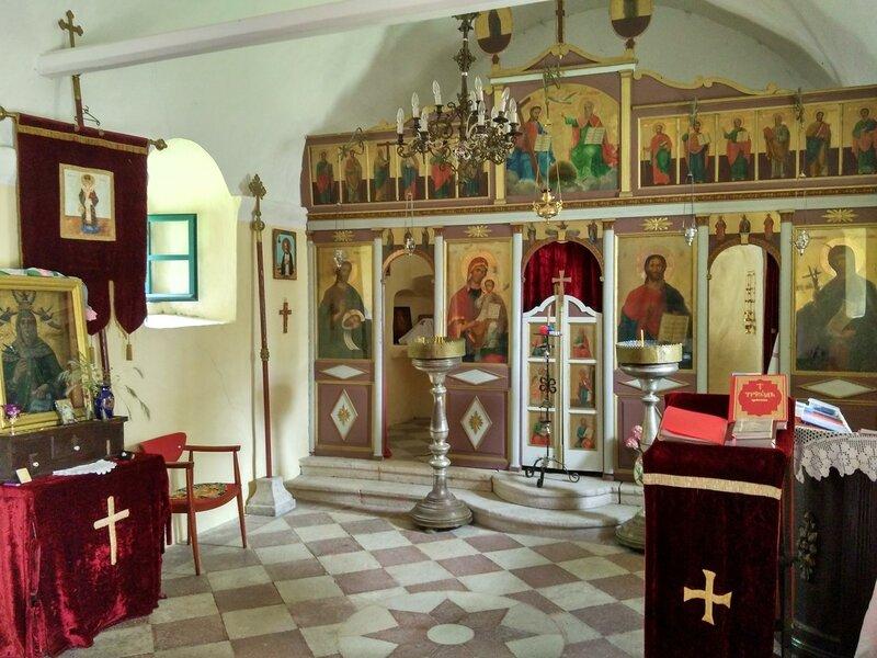горняя Моринь,  отель Стоун Бридж и церковь Святой Петки