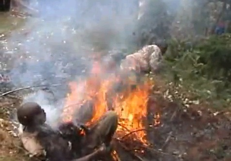 Кошмарное видео, как христиане сжигают ведьм в Африке