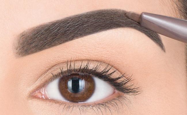 Для безупречного оформления бровей нужно сначала тщательно расчесать волоски, обвести карандашом кон