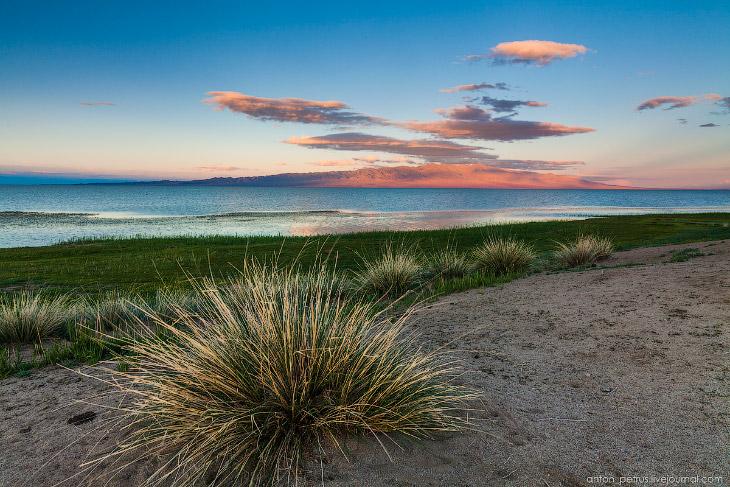 2. За озерами — пески Монгол-Элс. Самое любимое место на маршруте. Красивейшие пески, куча форм, рит