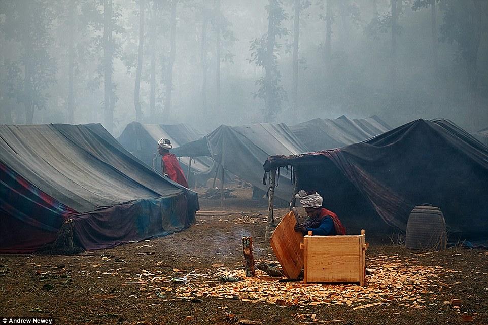 Рауте традиционно живут в палатках из веток, листвы и ткани.