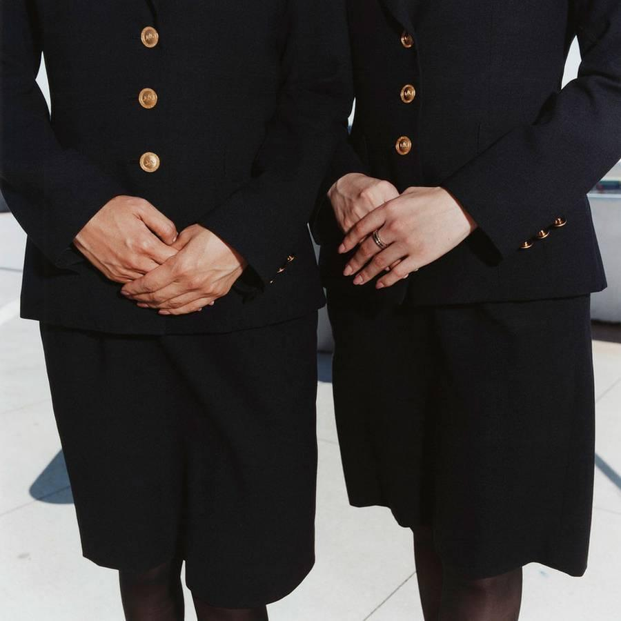 8. У стюардессы всегда должны быть в порядке ногти и прическа, а также макияж и костюм.