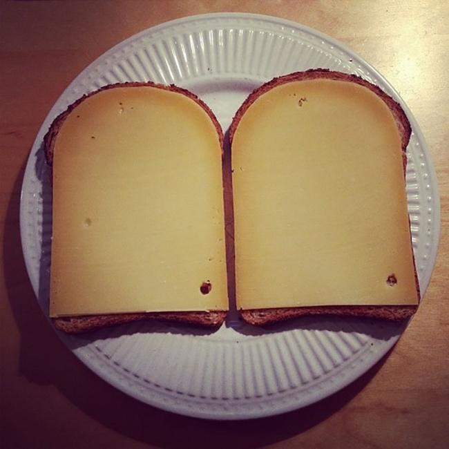 Говорят, идеальной симметрии небывает. Скажите это тостам ссыром.