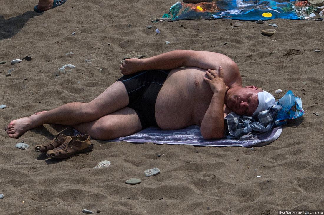 32. На пляже нет никакой инфраструктуры: ни бесплатных туалетов, ни душей. Только старые ржавые каби