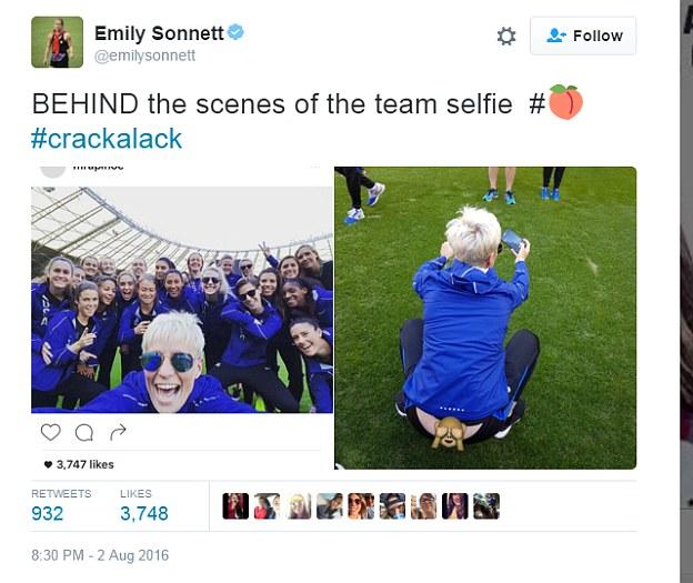 Американская футболистка Эмили Соннетт показывает, как выглядит коллективное селфи с другой стороны.