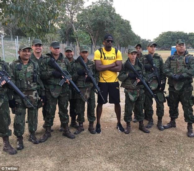 Ямайский легкоатлет Усейн Болт весело проводит время с бразильским спецназом.