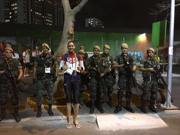 Волейболистка Наталья Гончарова позирует с солдатами, обеспечивающими безопасность в Рио-де-Жанейро.