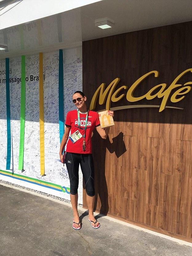 Спортсменка жалуется, что в олимпийской столовой нет нормального кофе. К счастью, поблизости оказалс