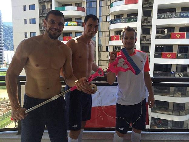 Польские гандболисты занимаются уборкой в своих номерах…
