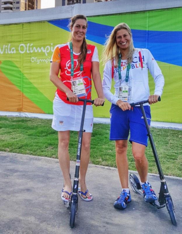 Чешская сборная рассекает по олимпийской деревне на самокатах.