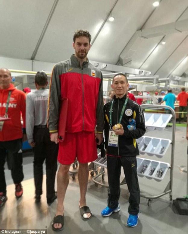 Большой и маленький: Джаспар Ю, игрок в бадминтон из Брунея, позирует с испанским баскетболистом Пау