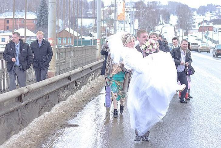 13. Самая важная часть свадьбы — это прогулка молодоженов.