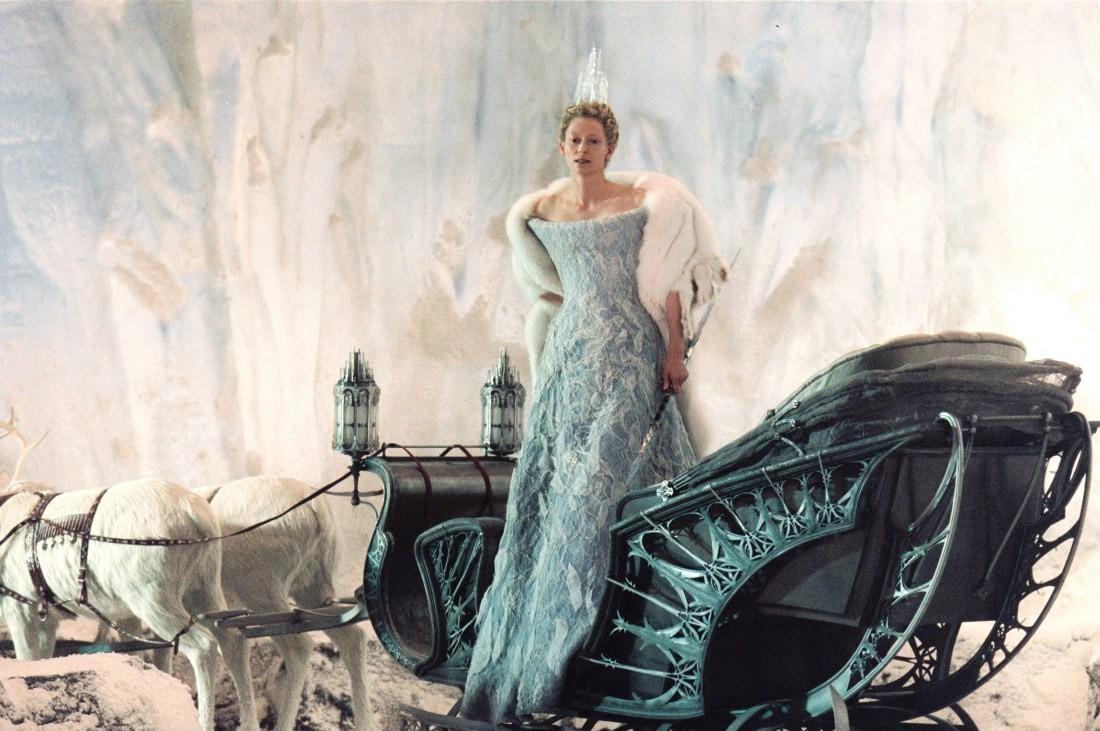 Тильда Суинтон. Сначала роль Белой Колдуньи была предложена Мишель Пфайффер, но та отказалась от кар