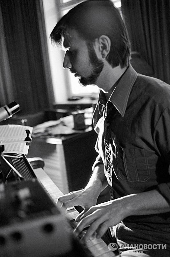 Композитор Алексей Рыбников за фортепиано, 1983 год. Фото Бориса Ушмайкина / РИА Новости