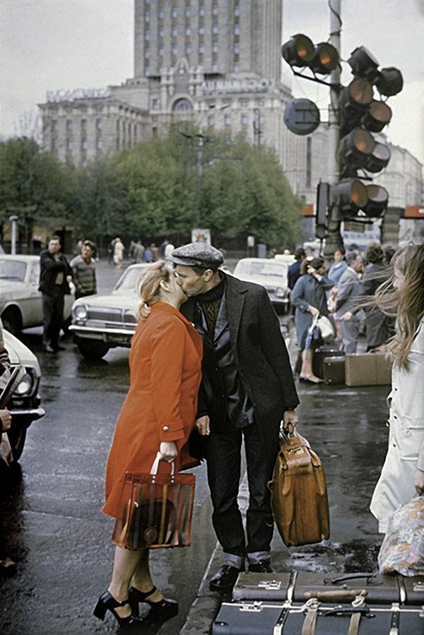 Василий Шукшин прощается с женой Лидией перед поездкой на съемки, 1974 год. Фото А. Ковтуна / Фотохр
