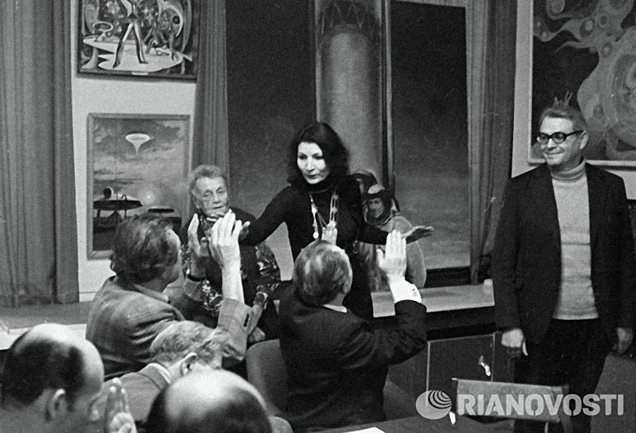 Джуна Давиташвили беседует с работниками редакции журнала «Техника молодежи», 1980 год. Фото Юрия Ив