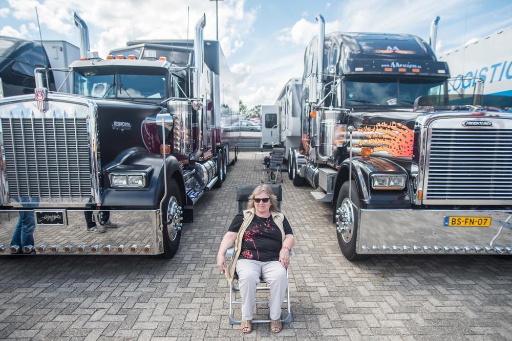 «Я приезжаю сюда уже 30 лет на том грузовике, который за моим левым плечом, с лепестками пламени. Но