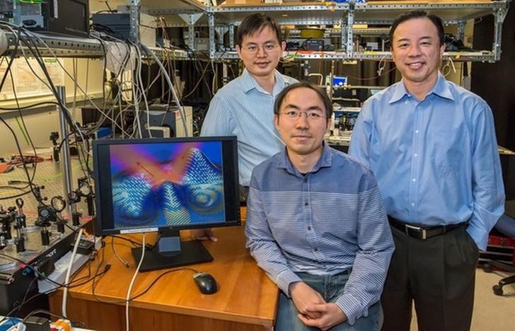 1. Группа ученых из Калифорнийского университета создала прототип плаща-невидимки.