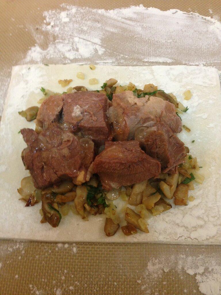 На раскатанное тесто выложить луково-грибную смесь и подготовленные тушеные языки Войсковой Спецрезерв