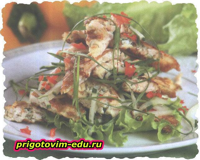 Теплый салат с курицей и беконом