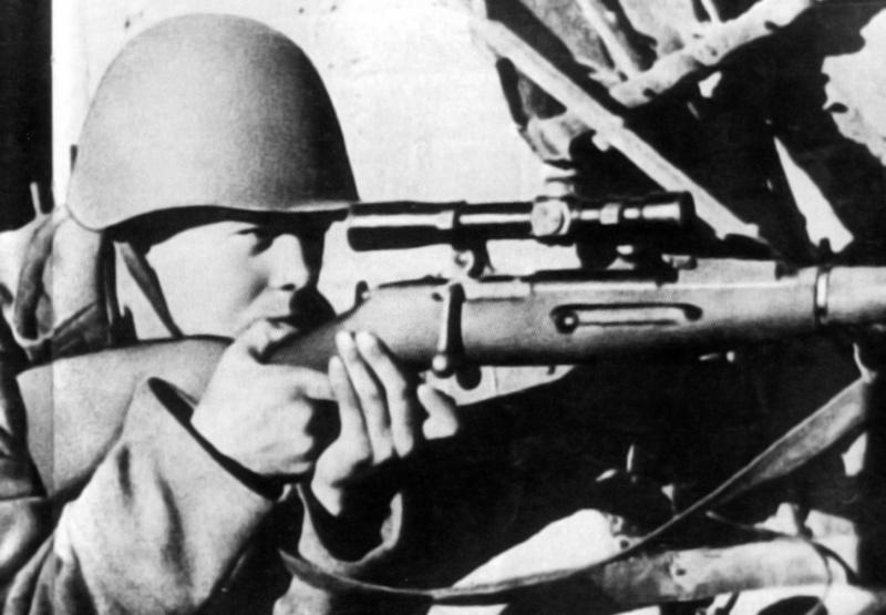 Снайпер 39-го гв. сп 13-й гв. див. А.И. Чехов в Сталинграде. 1942.jpg