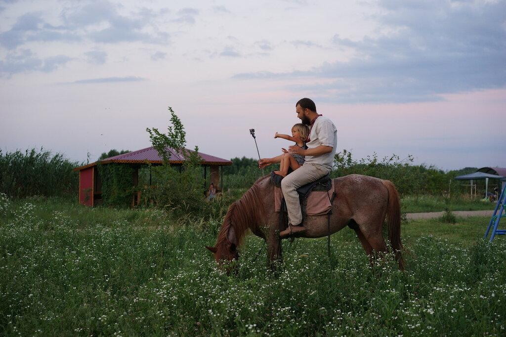 """Эко-поселение """"Здравое"""". Основатель поселения Денис Шешин с сыном на лошади."""