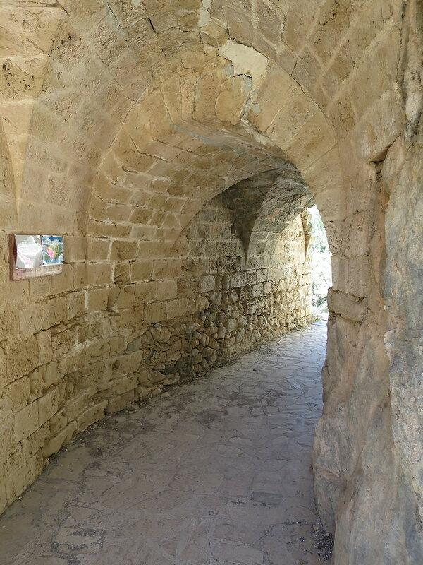 Св. Илларион. Внутри прохода в средний замок