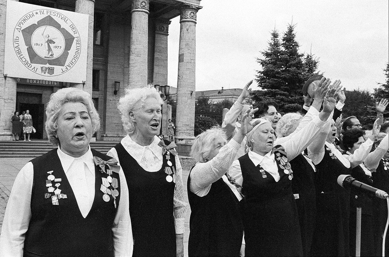 Женский хор поет на церемонии открытия IV Фестиваля Дружбы молодежи СССР и ГДР