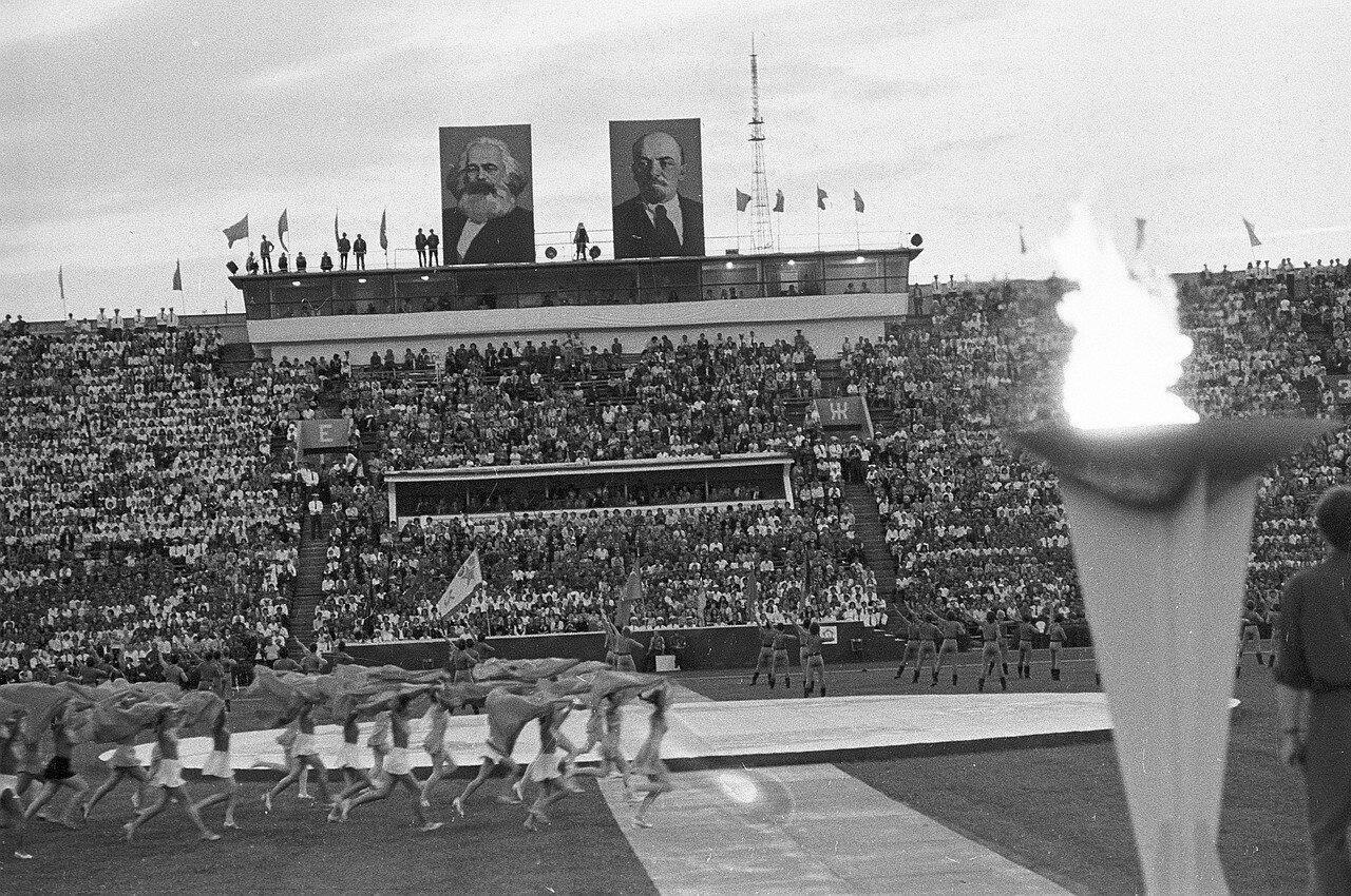Вид трибун во время церемонии открытия Фестиваля